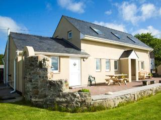 FFERMDY BACH, family-friendly, woodburner, countryside and sea views