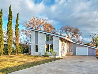 SXSW AVAIL! New Listing! Contemporary 3BR Austin House w/Wifi, Upscale Amenities & Large Private Backyard - Spectacular Central Location! Near UT Campus, Local Restaurants & Downtown Attractions!