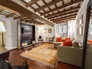 Elegant 3 Bedroom Pantheon Apartment, Roma
