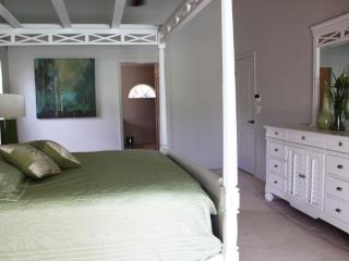Master King Bed, Sliding Door Access to Pool