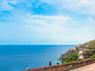 Blue Flat, easy access and sea view in Amalfi