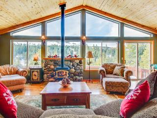 Elegant mountain retreat w/ shared hot tub, pool & resort amenities, near beach!