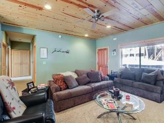 Classic cabin-style condo w/ upgrades & shared amenities, Truckee