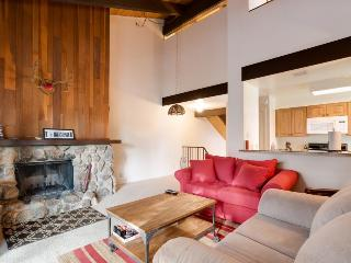Cozy condo w/ deck & fireplace, close to mountain resorts!, Tahoe City