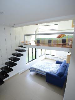 Habitación verde.. cama sobre el tapanco