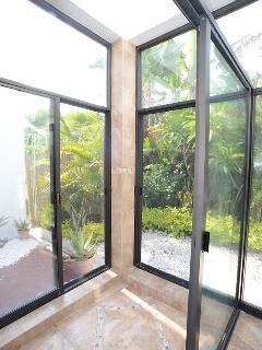 La ducha da a un jardín completamente aislado para poderse duchar casi al aire libre