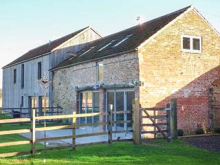 CHESTNUT COTTAGE AT BLUEBELL GLADE, hot tub, WiFi, woodburner, pet-friendly, private garden, nr Market Rasen, Ref 20928