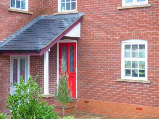 NEW STATION COTTAGE, modern, woodburner, underfloor heating, pet-friendly, enclo