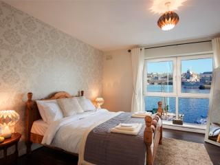 Luxury City Center Town House Overlooking Harbour, Galway