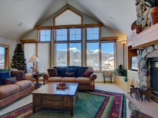 NEWLY LISTED! CRESCENT MOON HOUSE: Spacious Upscale 3 Bed/3.5 Bath, Sleeps 6, Mtn Views, W/D, Garage, Silverthorne