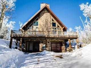 Upscale and spacious cabin for 8 close to slopes & trails, Brian Head