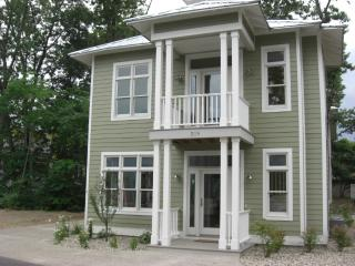 Beachwalk Cottage - Walk to the Beach!!, Michigan City