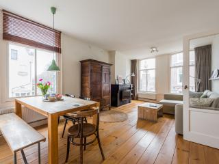 City Center Apartment Overlooking Canals!, Amsterdam