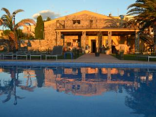 Child Friendly villa with private pool and parking, Figueres