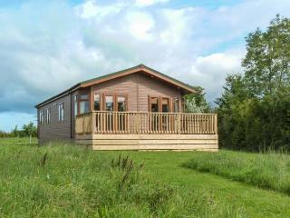 MORGAN LODGE, cosy lodge with lake views, en-suite, open plan living, in Hewish, Weston super Mare