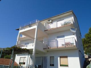 Two-Bedroom Apartment with seaview near the bridge, Tijesno