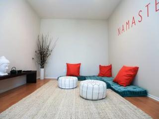 CAPTIVATING AND ROOMY FURNISHED 2 BEDROOM AND 2 BATHROOM APARTMENT, Santa Monica