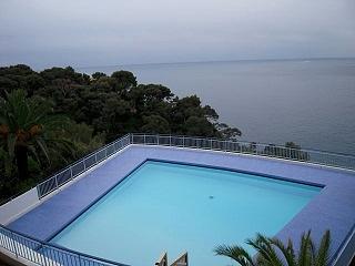 private swimmingpool front sea