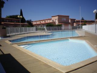 Villa T3 avec piscine dans residence securisee.