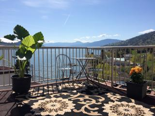 Cozy Lake View Suite, Walk to the Beach!, Vernon