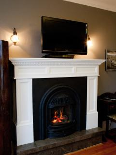 Ivy Room - gas fireplace & flat screen tv with dvd player.