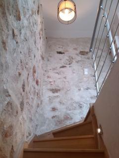 Cage d'escalier et murs en pierres