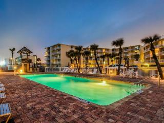 Oceanfront studio w/ ocean views, shared pool & entertainment - walk to beach!, Daytona Beach