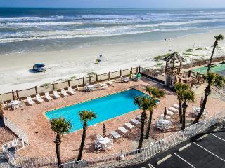 Oceanfront studio w/ ocean views, shared pool & entertainment - walk to beach!