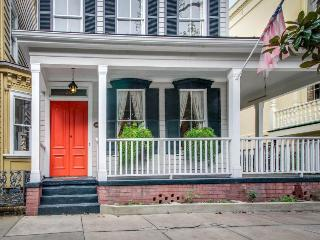 Historic home w/ gourmet kitchen, large porch & courtyard!, Savannah