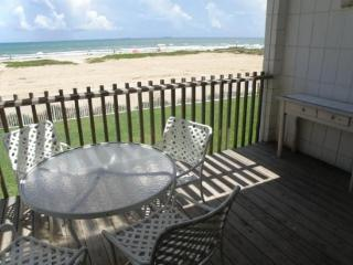 Beachfront dog-friendly condo w/Gulf views & a shared pool!, South Padre Island