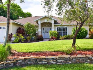 Villa Alegria - Heated Pool, Canal Access w/Boat Lift, 4 bdrms, Sleeps 10+, Cape Coral