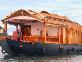 Holiday Cruize  Alleppey (Doubl Bedroom For 5 PAX)
