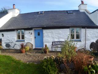 Beautiful Lower Cottage featuring AMAZING VIEWS, Garndolbenmaen