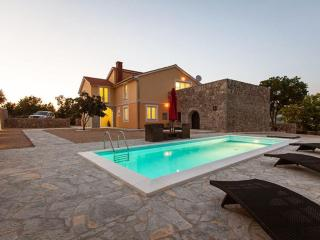 01901 Nice spacious villa with pool