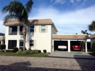 2BR w/ short walk to the beach & heated pool - Villa 10B, Siesta Key
