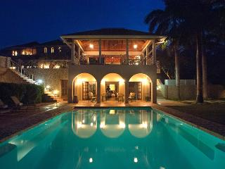 Jus' Paradise Golf Villa in Rose Hall - Ideal for Couples and Families, Beautiful Pool and Beach, Ironshore