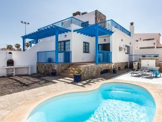 Fabulosa Villa con piscina climatizada en centro, Corralejo