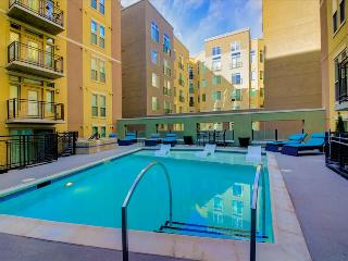 Stay Alfred Modern 2-Bedroom a Block from Coors Field TW2, Denver