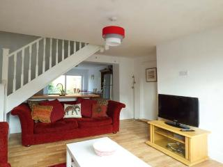 CLEMATIS COTTAGE, mid-terrace, WiFi, enclosed garden, close to river and amenities, in Wiggenhall St Germans, King's Lynn, Ref 932053