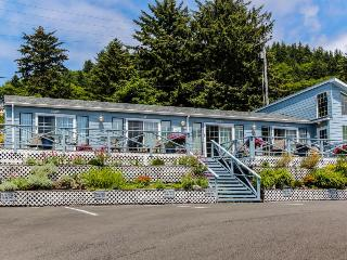 Boutique dog-friendly oceanview motel with space for 22!, Yachats