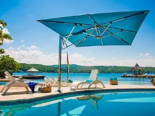 Sundown on the Beach - Ideal for Couples and Families, Beautiful Pool and Beach, Discovery Bay