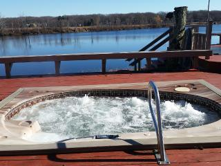 Lakefront with private dock, pool and tennis court, Pocono Summit