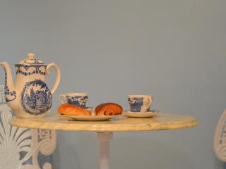 Initiem frans ontbijten aan de kleine tafel
