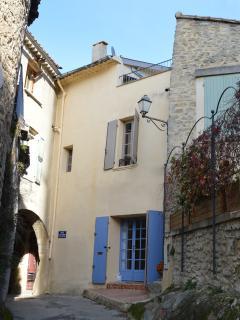 Voorkant van ons dorpshuis met het kleine koffieterras en bovenaan het dakterras