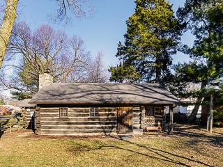 "Get Cozy in this 1953 Built ""Timberwolf Cabin"", Saint Louis"