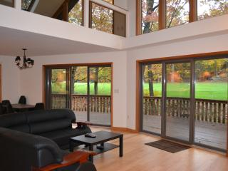 Modern Golf course house by Lake Wallenpaupack, Greentown