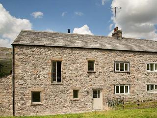 DALE HOUSE FARM COTTAGE, all bedrooms en-suite, private garden, woodburner, WiFi, near Ingleton, Ref 926180
