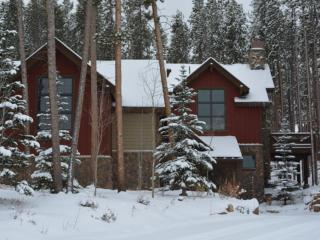 Ski/Golf at Highland Heaven, 4BR W/4.5 Baths,  Luxury Home, with a hot tub.