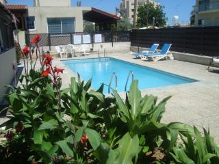 2 bed apt, s/pool, free Wifi close to sea,