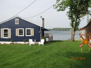Lakefront Cottage on Gravel Lake, 4 bdrm, sleeps 8, Lawton